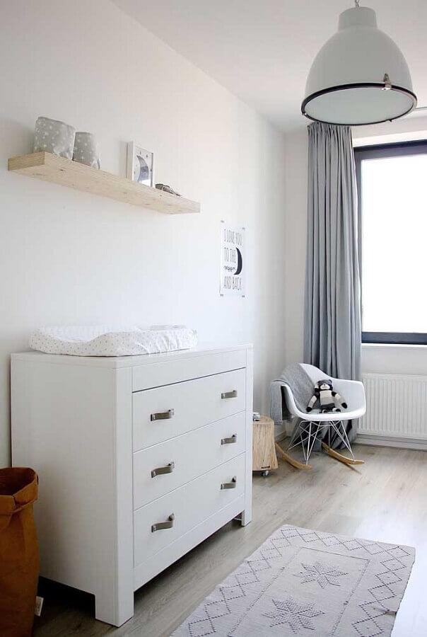 Decoração clean para quarto com cadeira de balanço e cômoda de bebê branca Foto Pinterest