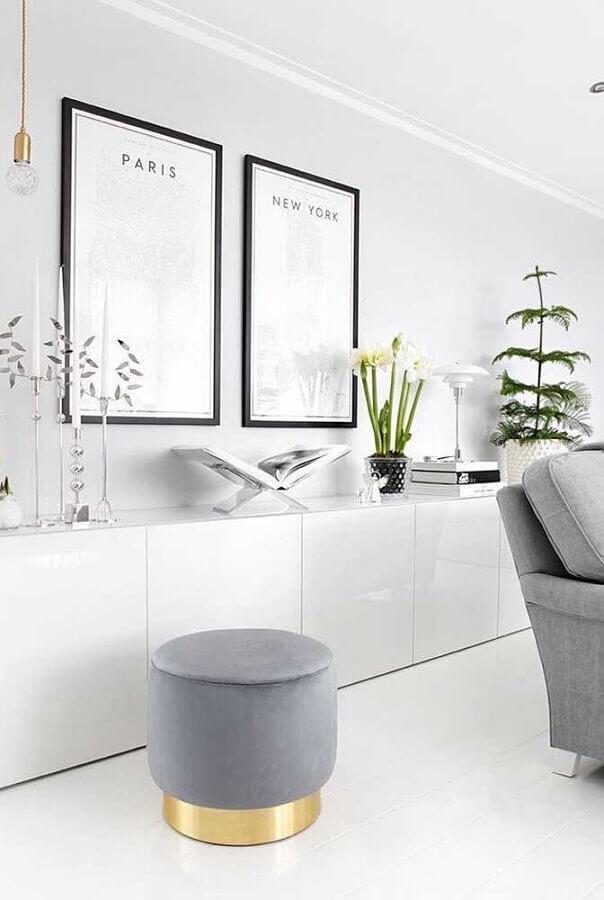 Decoração clean para sala branca com puff banqueta cinza redondo Foto Futurist Architecture