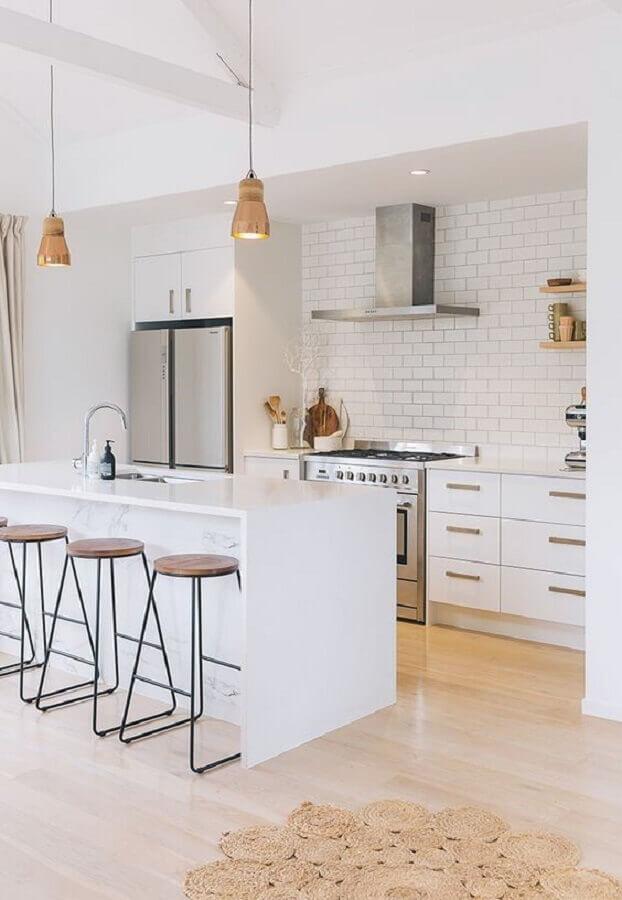 Decoração com armários brancos e ilha de cozinha com banqueta minimalista Foto Apartment Therapy