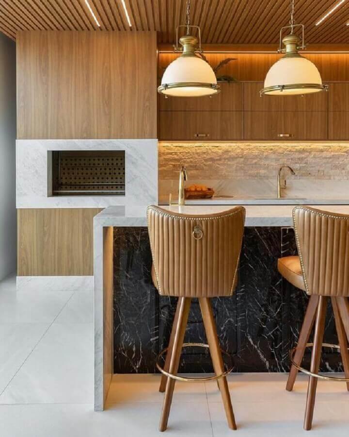 Decoração com banqueta alta e lustre para área gourmet moderna Foto Decor Salteado