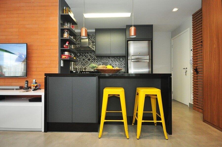 Decoração com banqueta amarela para cozinha aberta com sala de TV integrada Foto Condecorar Arquitetura e Interiores
