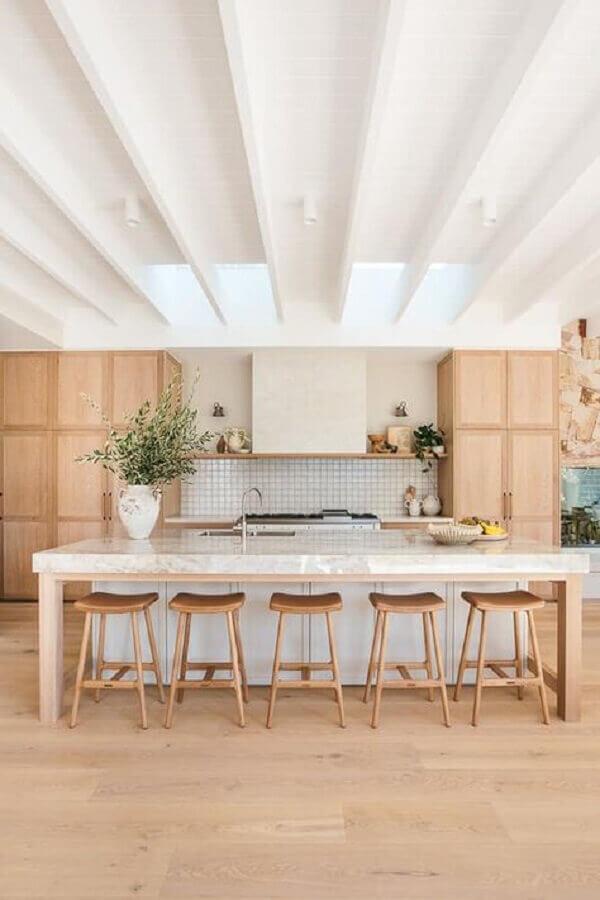 Decoração com banqueta para ilha de cozinha grande amadeirada Foto House & Home
