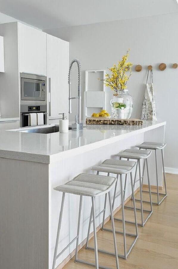 Decoração com banquetas estofadas para ilha de cozinha branca Foto Pinterest