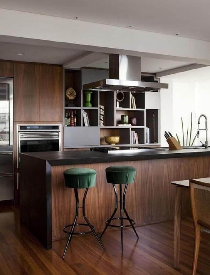 Decoração com banquetas estofadas para ilha de cozinha planejada de madeira Foto Pinterest