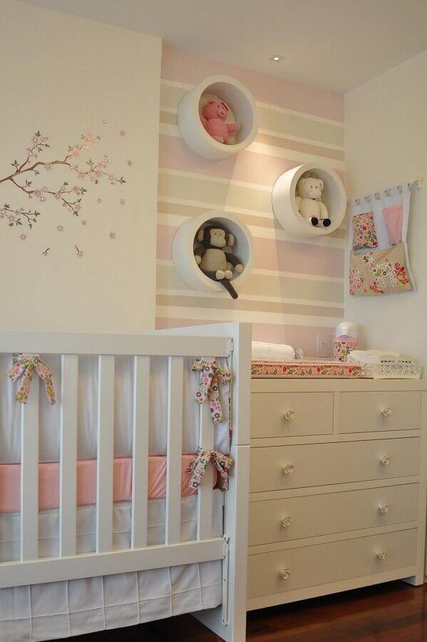 Decoração com cômoda branca para bebê em quarto branco e rosa  Foto Studio1202