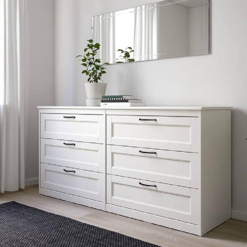 Decoração com espelho bisotê e cômoda branca para quarto de casal Foto Pinterest