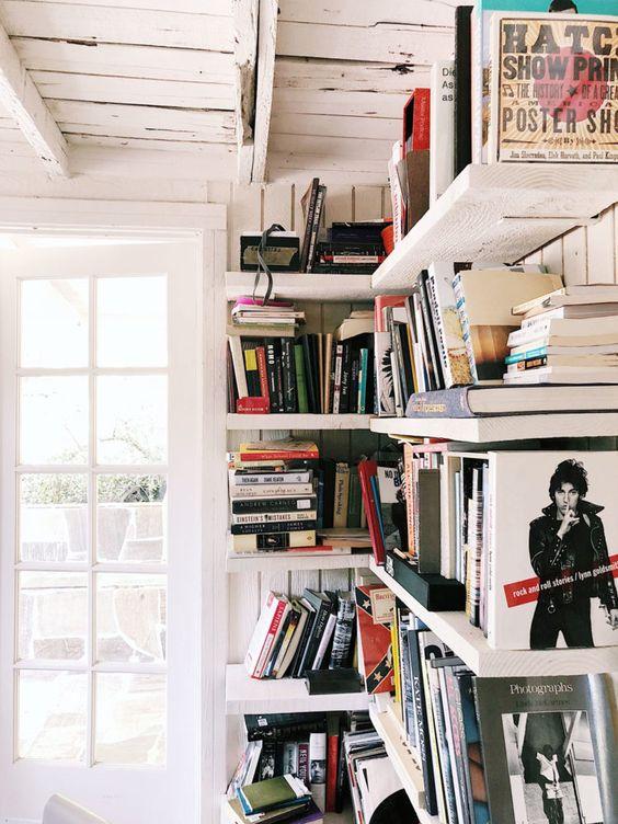 Decoração com estante de canto para livros