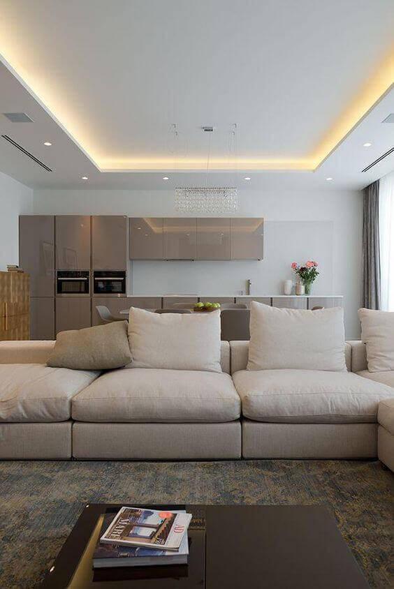 Decoração de gesso no teto da sala de estar