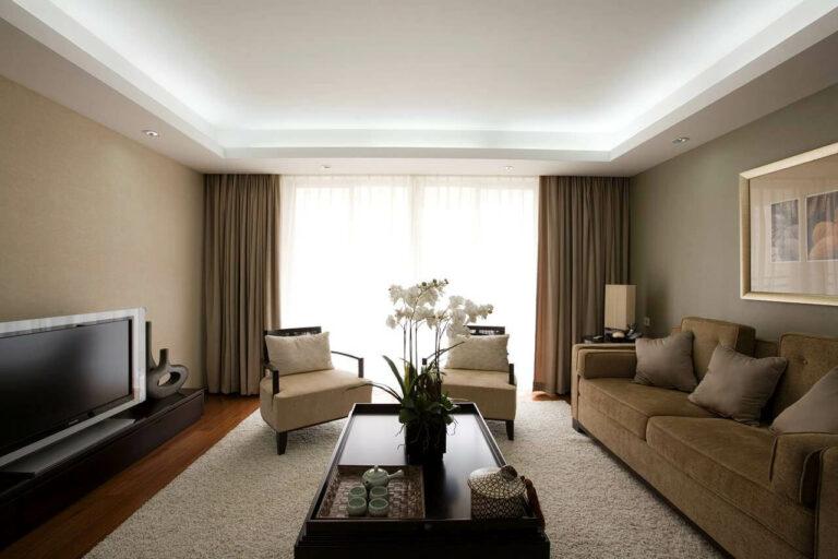 Decoração com gesso no teto da sala de estar iluminada