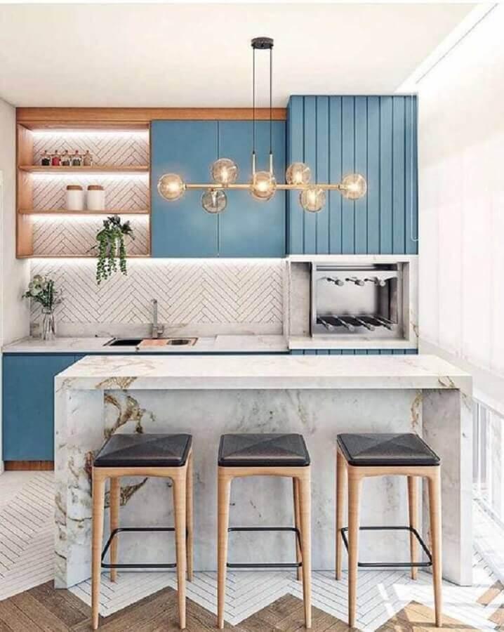 Decoração com lustre moderno para área gourmet planejada com bancada de mármore e armários azuis Foto Fashion Bubbles