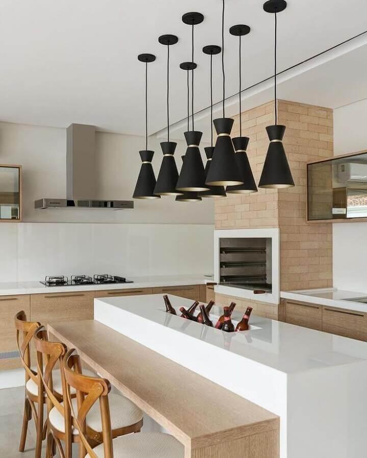 Decoração com lustre para área gourmet planejada com ilha central e churrasqueira Foto Decor Salteado