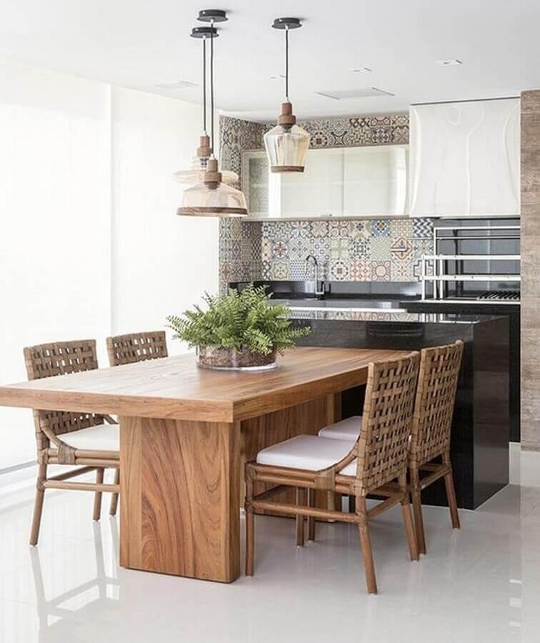 Decoração com lustre para área gourmet planejada com mesa de madeira Foto Arkpad