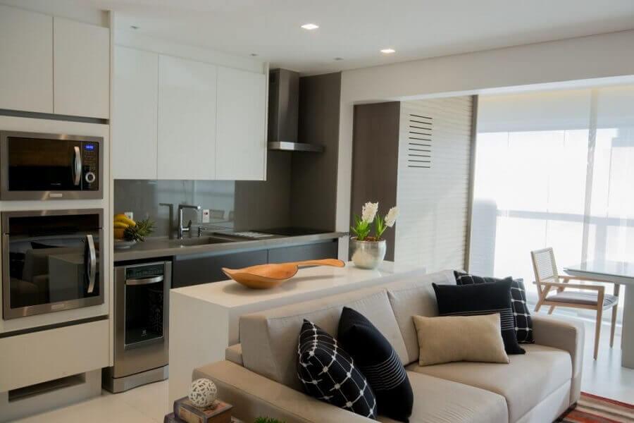 Decoração com móveis claros para cozinha aberta com sala de apartamento Foto Bordin & Soares