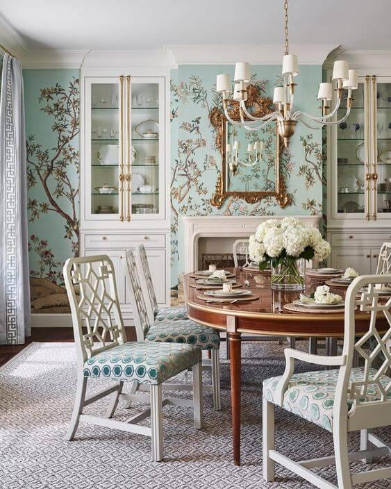 Decoração com papel de parede floral azul e móveis vintage