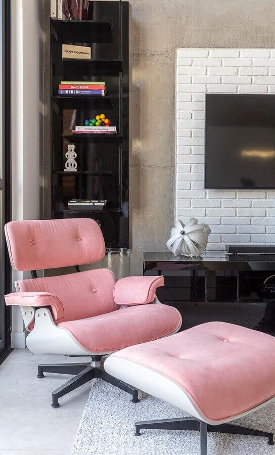 Decoração com parede de cimento queimado e poltrona confortável para sala de TV Foto Conexão Decor