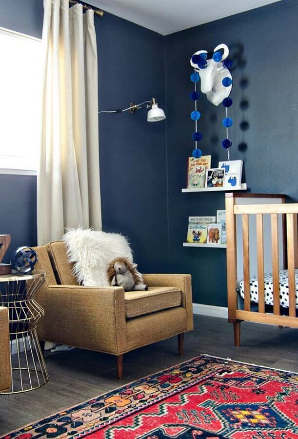 Decoração com poltrona confortável para quarto de bebê azul escuro Foto Pinterest