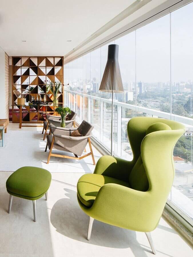 Decoração com poltrona confortável para varanda de apartamento grande Foto Archdaily