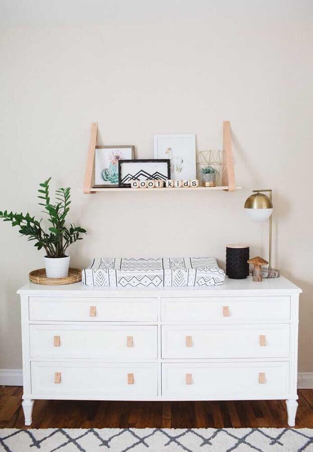 Decoração com prateleira de madeira e cômoda branca com puxador de couro Foto Houzz