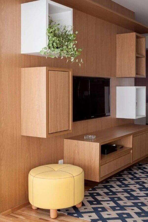 Decoração com puff banqueta para sala de TV com estante planejada de madeira Foto Tria Arquitetura