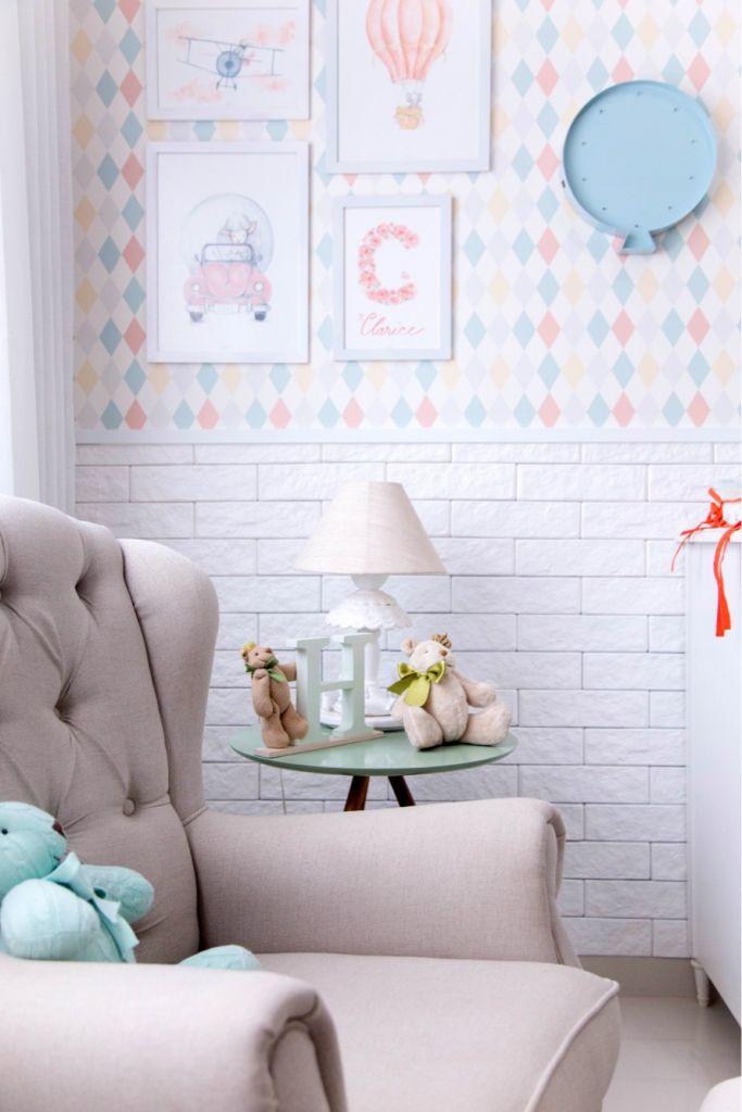 Decoração com rodameio adesivo e papel de parede