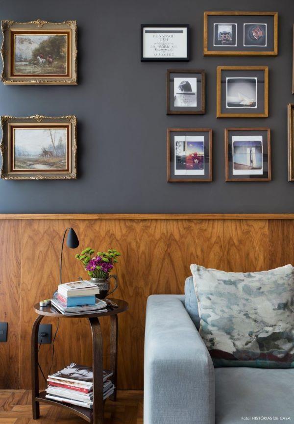 Decoração com rodameio de madeira e parede cinza