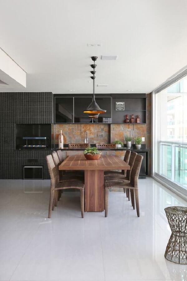 Decoração de apartamento com varanda gourmet com revestimento preto Foto Mariana Orsi
