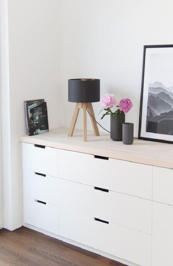 Decoração de cômoda branca com abajur pequeno e vasos de flores Foto Pinterest