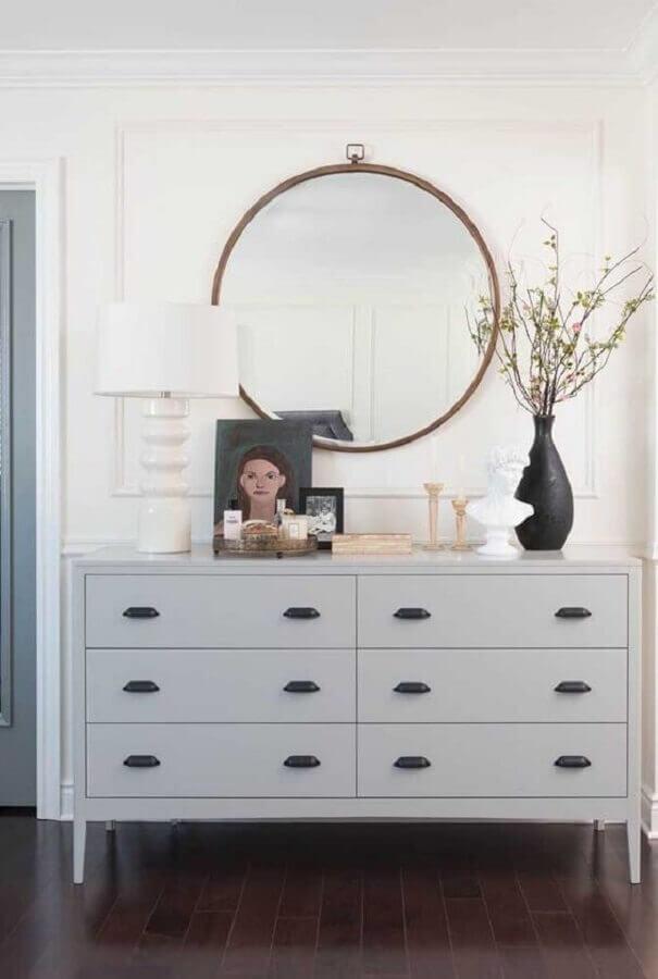 Decoração de cômoda branca com vaso preto e abajur branco Foto Pinterest