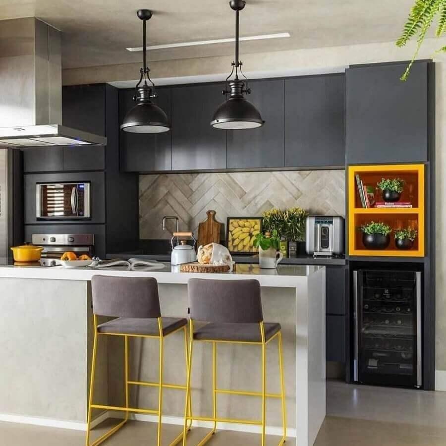 Decoração de cozinha aberta cinza e amarela com luminária industrial Foto SP Estúdio
