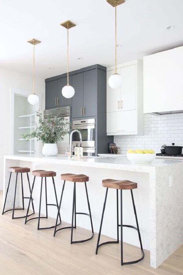Decoração de cozinha branca com banquetas para ilha gourmet e luminária redonda Foto Ariyona Interior