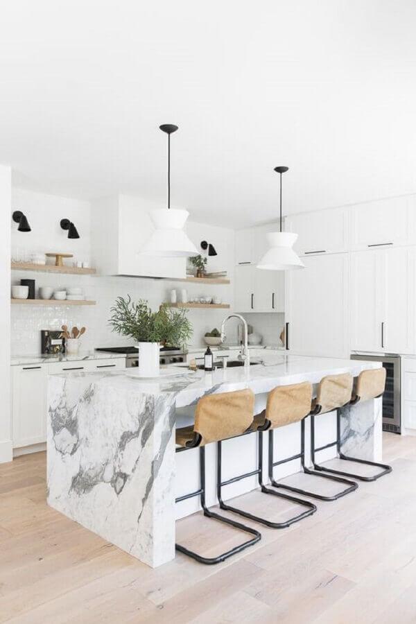 Decoração de cozinha branca com banqueta alta para ilha de mármore Foto Studio McGee