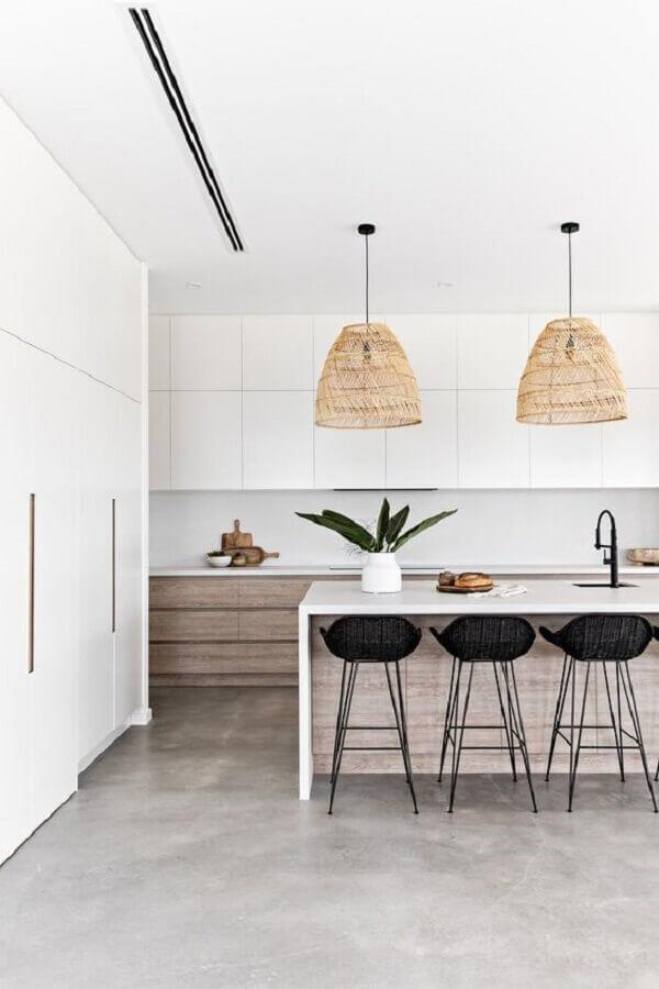Decoração de cozinha branca com luminária rústica e banqueta para ilha Foto Sea Tribe