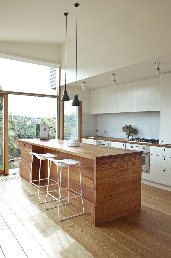 Decoração de cozinha planejada branca com banqueta alta para ilha de madeira Foto Decostore