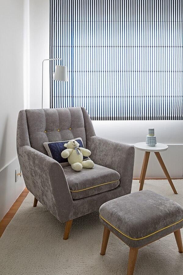 Decoração de quarto branco com poltrona confortável com puff cinza  Foto Karen Pisacane