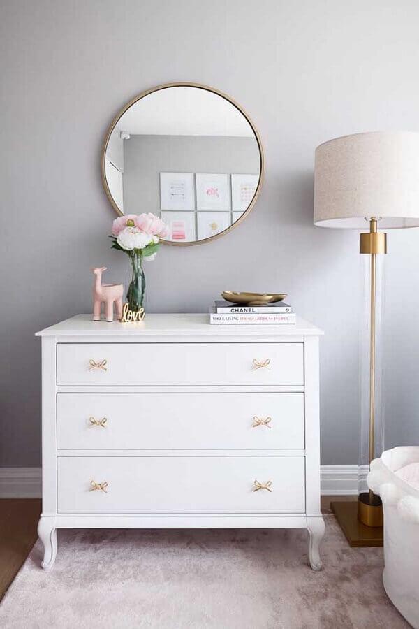 Decoração de quarto cinza claro com espelho redondo e puxador de laço para cômoda branca pequena Foto Houzz