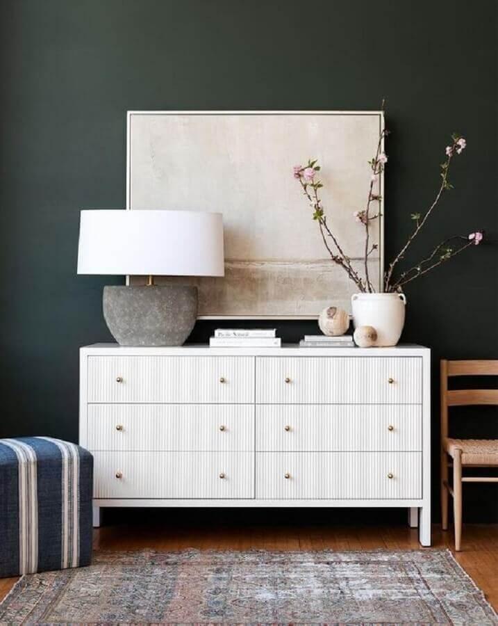 Decoração de quarto com abajur moderno para cômoda branca e parede preta Foto McGee & Co.
