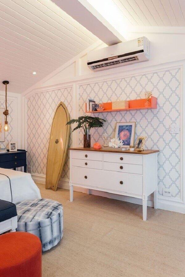 Decoração de quarto com papel de parede clássico e cômoda alta branca com tampo de madeira Foto Quartos Etc.