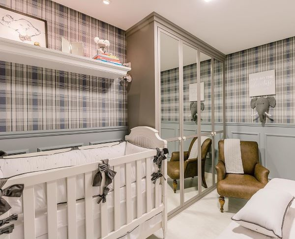 Decoração de quarto de bebê com rodameio e papel de parede em tons de azul