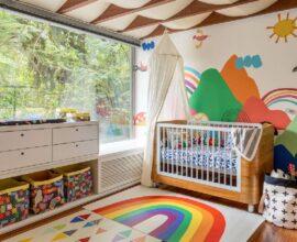 Decoração de quarto de bebê com tapete e papel de parede colorido Foto Marcos Fertonani para MOOUI