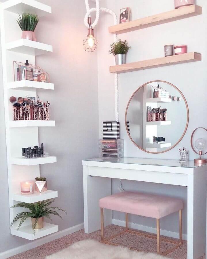 Decoração de quarto feminino com puff banqueta para penteadeira branca Foto Pinterest