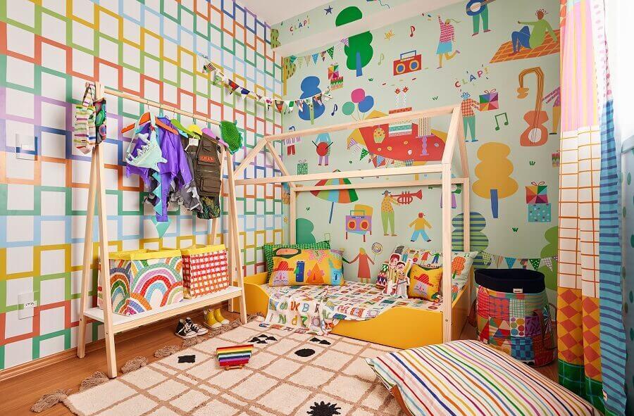 Decoração de quarto infantil com cama montessoriana e modelos diferentes de papel de parede colorido Foto Renata D'Almeida para MOOUI