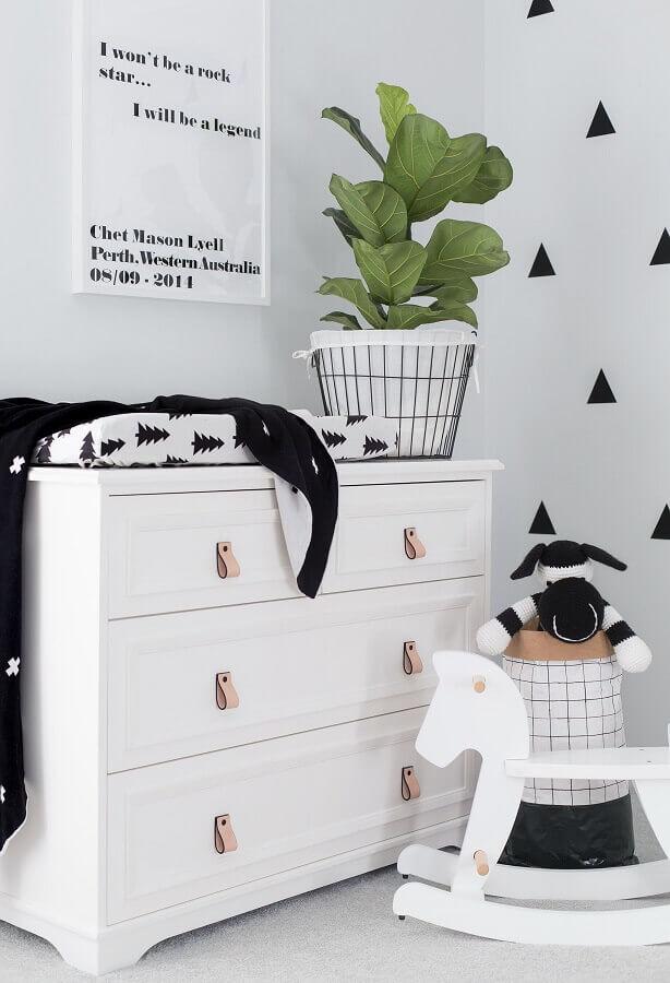Decoração de quarto infantil com cavalinho de madeira e cômoda branca Foto Pinterest