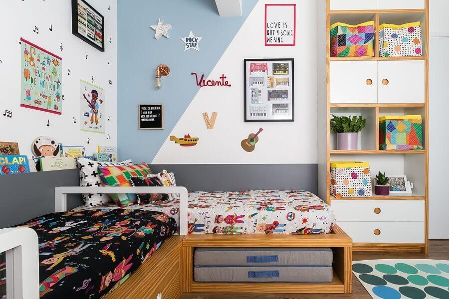 Decoração de quarto infantil compartilhado com cama planejada e parede com pintura geométrica Foto Renata D'Almeida para MOOUI
