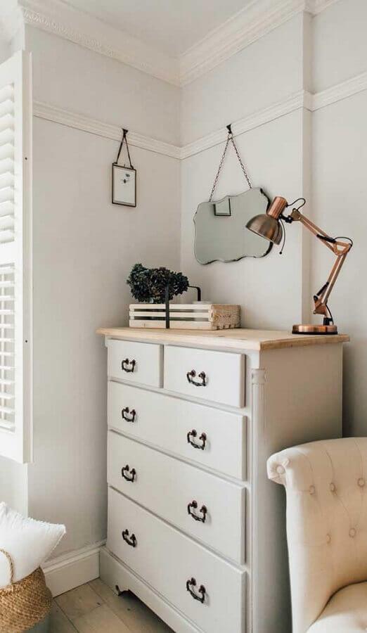 Decoração de quarto simples com cômoda branca antiga Foto Pinterest