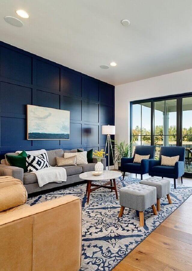 Decoração de sala azul com abajur de chão e puff banqueta quadrado Foto Home Fashion Trend