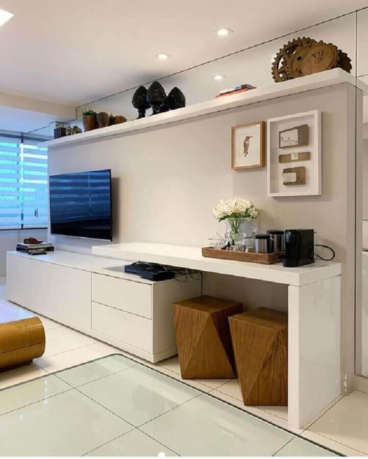 Decoração de sala branca com banqueta puff de madeira Foto Pinterest