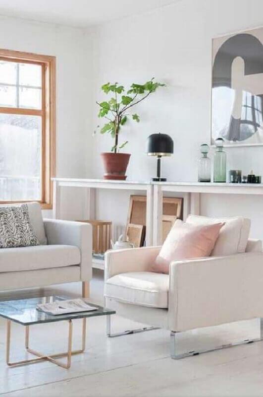 Decoração de sala branca com poltrona confortável com pés de metal Foto Apartment Therapy
