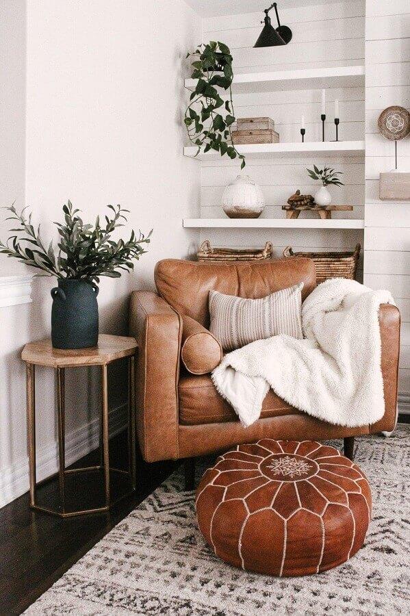 Decoração de sala branca com poltrona confortável de couro marrom  Foto Home Fashion Trend