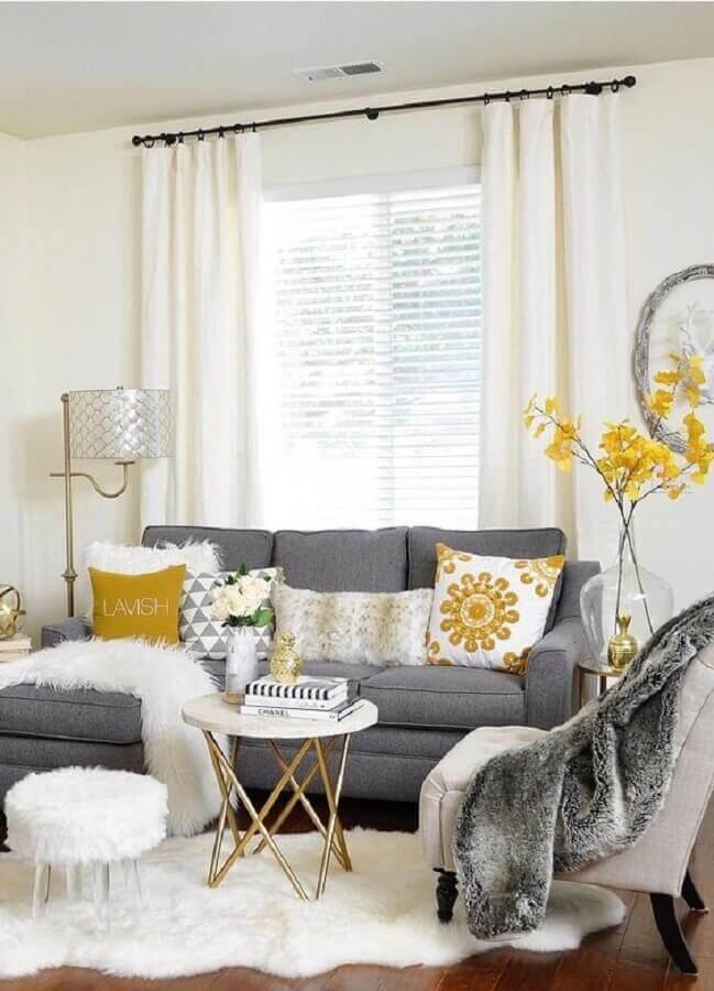 Decoração de sala branca com sofá cinza e puff banqueta redondo pequeno Foto Home Fashion Trend