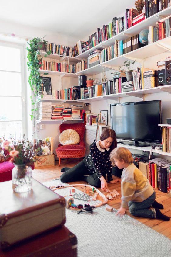 Decoração de sala com estante de canto e acima da TV